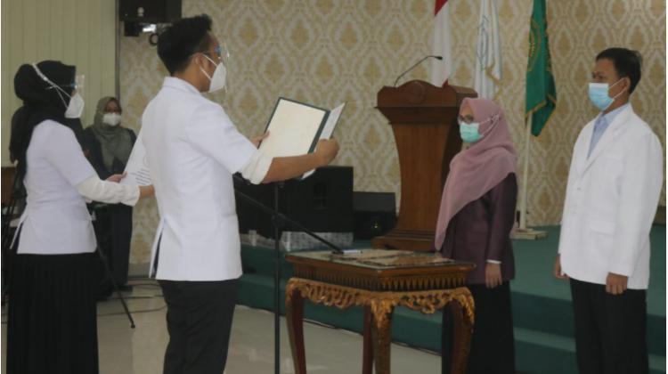 FK UM Palembang Lantik 15 Dokter Muda